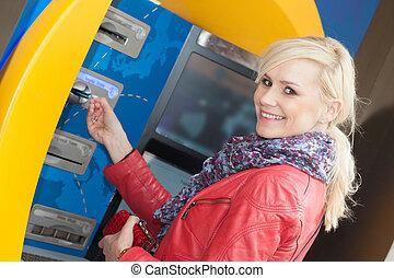 mosolyog woman, beillesztő, neki, kártya, alatt, egy, atm