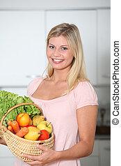 mosolyog woman, birtok, kosár, közül, szerves táplálék