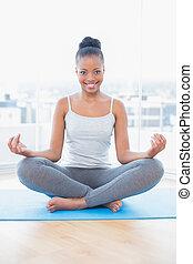 mosolyog woman, gyakorló, jóga, időz, külső külső fényképezőgép
