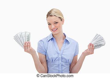 mosolyog woman, kitart pénz, alatt, neki, kézbesít