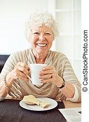 mosolyog woman, neki, birtoklás, reggeli, idősebb ember