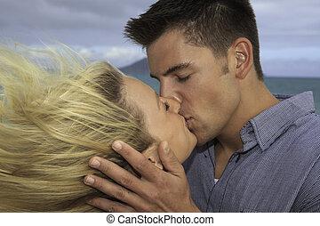 most, összead, összekapcsol megcsókol, a parton