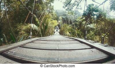 most, kobieta, drewniany, na, dżungla, przejście, valley., 4k
