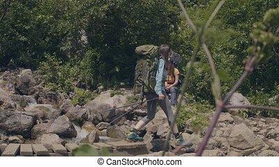 most, pieszy, kobieta, góry, drewniany, na, podróżowanie, rzeka, kamienisty