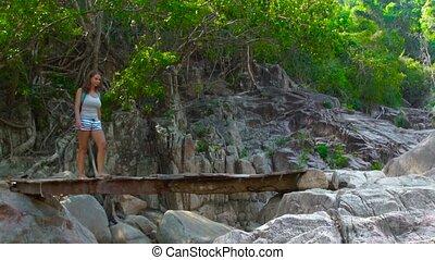 most, pieszy, kobieta hiking, lato, drewniany, plecak, forest., znowu, podróżowanie, wisząc, wspinaczkowy, rzeka, góry., na, dżungla