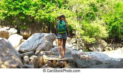 most, pieszy, kobieta hiking, lato, plecak, tropikalny, forest., znowu, podróżowanie, wspinaczkowy, zawieszenie, rzeka, góry., na, dżungla