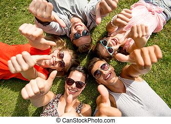 mostrando, cima, polegares, sorrindo, capim, amigos, mentindo