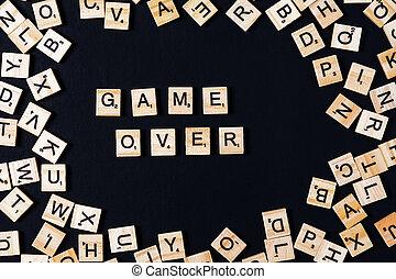 mot, jeu société, à, bois, lettres, sur, noir, planche, et, lettre, dans, les, cercle