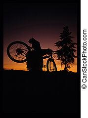 motard montagne, coucher soleil
