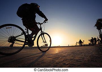 motard, silhouette, équitation, long, plage, à, coucher...