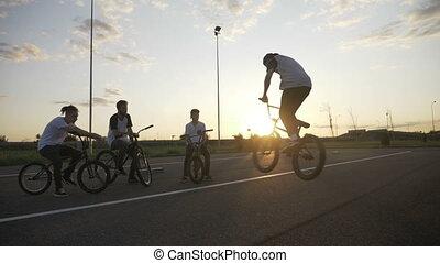 motard, technique, pratiquer, sien, habile, jeune, mouvement, dehors, lent, rotation, amis, 360, acrobatique