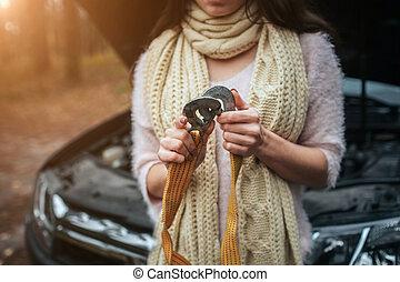 moteur, réparation, femme, voiture, confondu, jeune, bas, cassé, rue, regarder