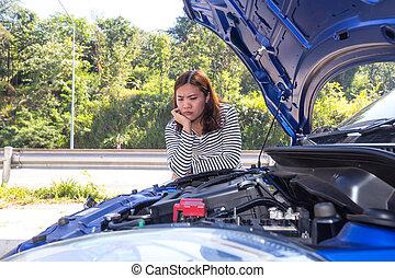 moteur, regarder, ouvert, voiture, bas, cassé, rue, asiatique, capuchon, femmes