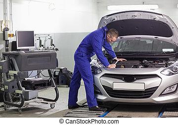 moteur, voiture, regarder, mécanicien, penchant
