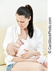 Mother nurse her child