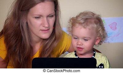 motherhood., 4k, intelligent, tablet., mère, usage, enfance...