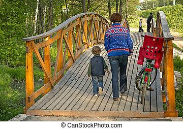 mothet, met, jongen, en, een, fiets