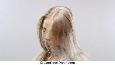 motie, vertragen, van een vrouw, haar, blazen, studioportret, blonde, wind