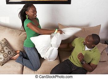 (motion, couple, ethnique, jeune, combat, noir, blur), entre, oreiller