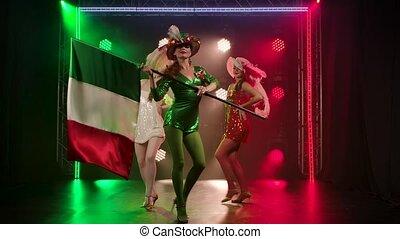 motion., danse, italy., court, tient, drapeau vert, lent, brillant, femmes, dresses., danse, spectaculaire, actrice, femme, show., trois, théâtral