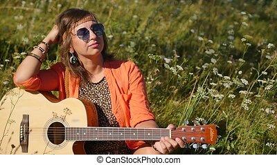 motion., herbe, assied, vacances, lunettes soleil, femme, concept., sourire, lent, heureux, guitar., été