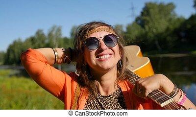 motion., vacances, lunettes soleil, femme, shoulder., stands, sourire, lent, vacances, nature, heureux, concept, gens, -, été, elle, guitare