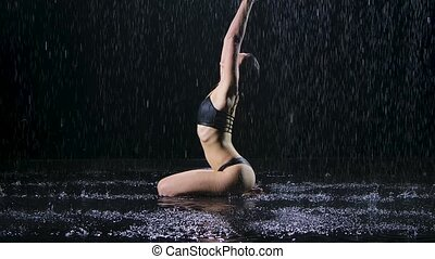 motion., water., lent, sous, pose, plis, tranquility., séance, coup, accomplissement, surface, sombre, noir, plancher, mains, studio, femme, lotus, pluie, elle, paix, arrière-plan.