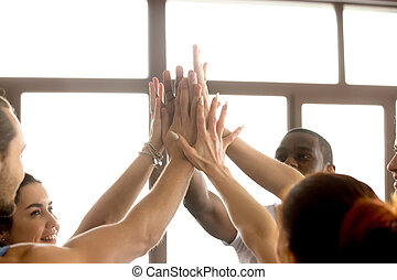 motivé, f, donner, mains ensemble, élevé, multi-ethnique, équipe, joindre