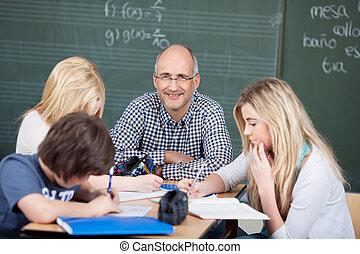 motiviert, männlicher lehrer, mit, seine, studenten