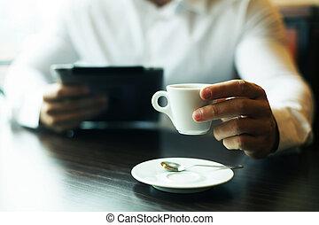motning, café, tablette, tasse, informatique, nouvelles, lecture, homme
