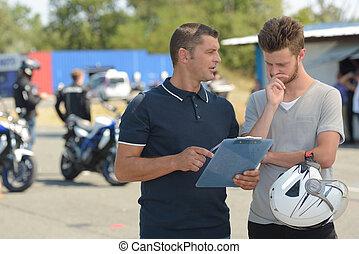moto, joven, durante, lección, instructor, hombre
