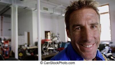 moto, regarder, mâle, réparation, appareil photo, mécanicien, 4k, garage