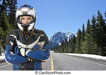 motociclista, en, camino de la montaña