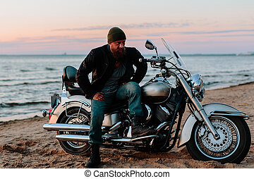 motociclista, spiaggia, a, tramonto