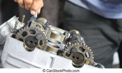 motocyclette, engine., mouvement, ou, motorbikes., voitures, entretenir, workshop., mécanicien, garage, démonté, motor., grand plan, lent, homme, professionnel, réparateur, réparation, engagé, vue, fonctionnement, mains
