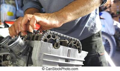 motocyclette, engine., ou, motorbikes., coup, voitures, entretenir, workshop., mécanicien, garage, démonté, motor., grand plan, chariot, homme, professionnel, réparateur, réparation, engagé, vue, fonctionnement, mains