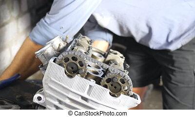 motocyclette, maître, mouvement, ou, moteur, motorbikes., voitures, entretenir, auto, mécanicien moteur, garage, unrecognizable, grand plan, lent, fixation, homme, quelques-uns, vehicle., professionnel, workshop., réparation, engagé