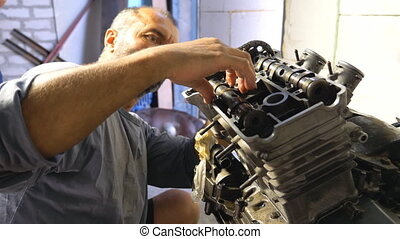 motocyclette, maître, mouvement, ou, moteur, motorbikes., voitures, entretenir, auto, mécanicien moteur, garage, barbu, grand plan, lent, fixation, homme, quelques-uns, vehicle., professionnel, workshop., réparation, engagé
