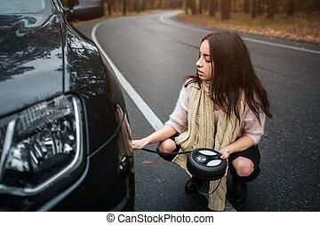 motor, reparera, kvinna, bil, förvirrat, ung, nedåt, bruten, gata, se