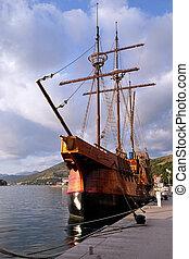 motor, sailboat, karaka, (2004), em, porto, de, dubrovnik, croatia., réplica, de, 16th, c., recipiente velejando, karaka, tipo, proporciona, cruzeiros, ao redor, dubrovnik, croácia