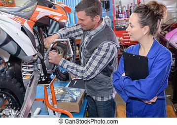 motorcykel, in, reparation bilverkstad