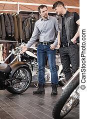 motorfiets, over, jonge, customer., omzet, vrolijk, raadgevend, uitvoerend, klant