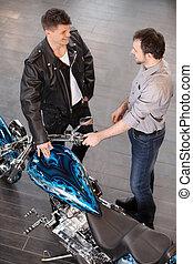 motorfiets, over, jonge, omzet, vrolijk, het onderzoeken, motorcycle., uitvoerend, raadgevend, klant