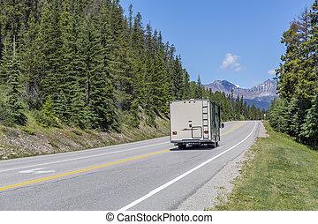 motorhome, su, uno, strada, in, jasper parco nazionale, -, canada