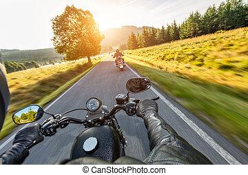 motorista, montando, motocicleta, ligado, um, estrada...