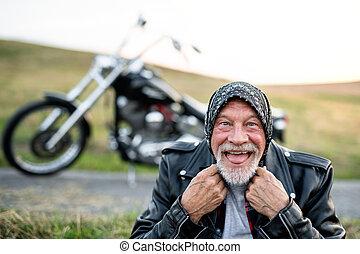 motorkerékpár, idősebb ember, jókedvű, vidéki táj,...