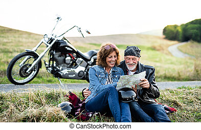 motorkerékpár, idősebb ember, térkép, jókedvű, countryside.,...