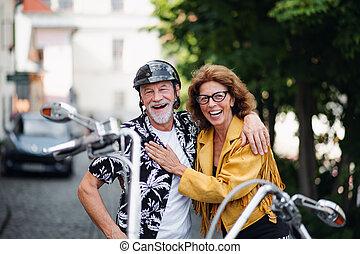 motorkerékpár, jókedvű, párosít, mozgó szerkezetek, idősebb...