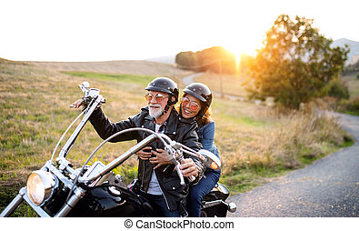 motorkerékpár, vidéki táj, sunset., párosít, mozgó...