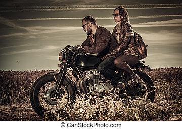 motorräder, weinlese, paar, junger, sitte, feld, racer, stilvoll, café